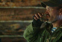 Мужчина рыбка пьёт алкоголь или воду (1)