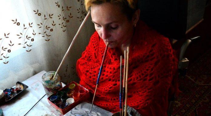 Под Светлогорском парализованная женщина пишет картины ртом
