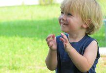 веселый ребенок девочка хлопает в ладоши дети