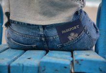 Паспорт гражданина США в кармене штанов сидит на лавке визаПаспорт гражданина США в кармене штанов сидит на лавке виза