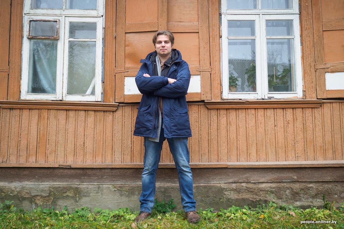 Павел береснев стоит на фоне дома указывает пальцем