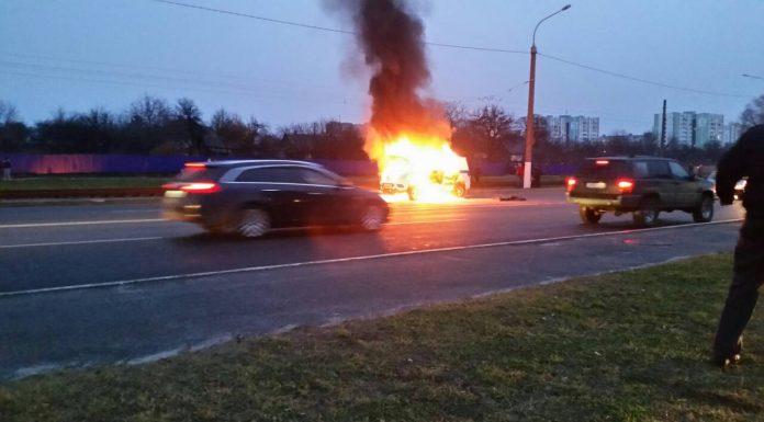 В Мозыре загорелся автомобиль милиции на дороге