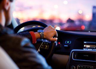 Водитель за рулём автомобиля часы и салон магнитола
