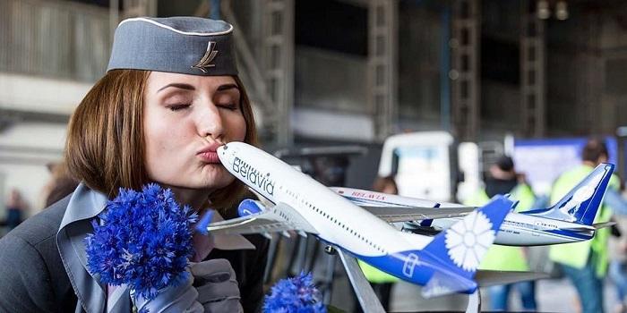 девушка целует самолёт белавиа