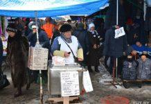 На черниговском рынке бабушка продает пирожки и чебуреки