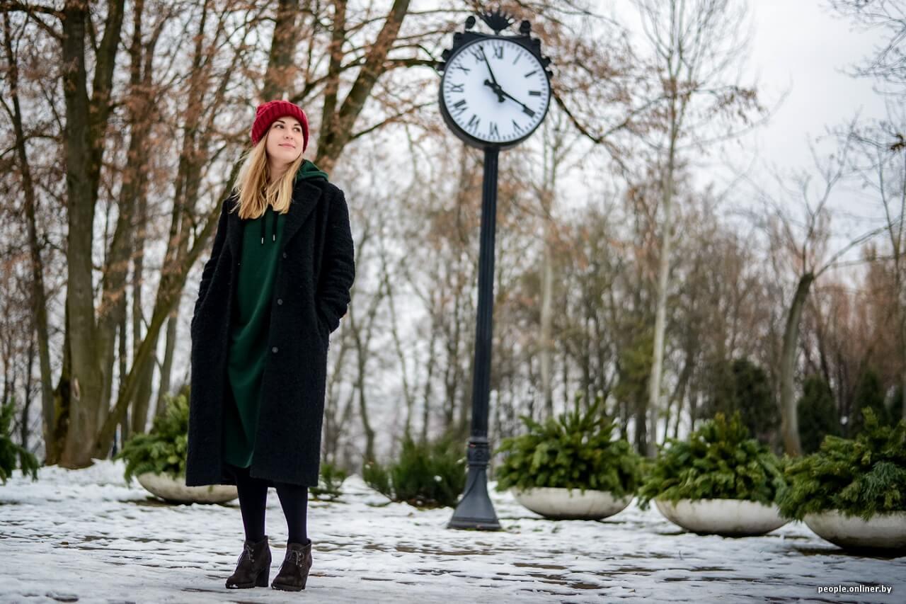 Психотерапевт Елена Карачун девушка в пальто возле часов (1)