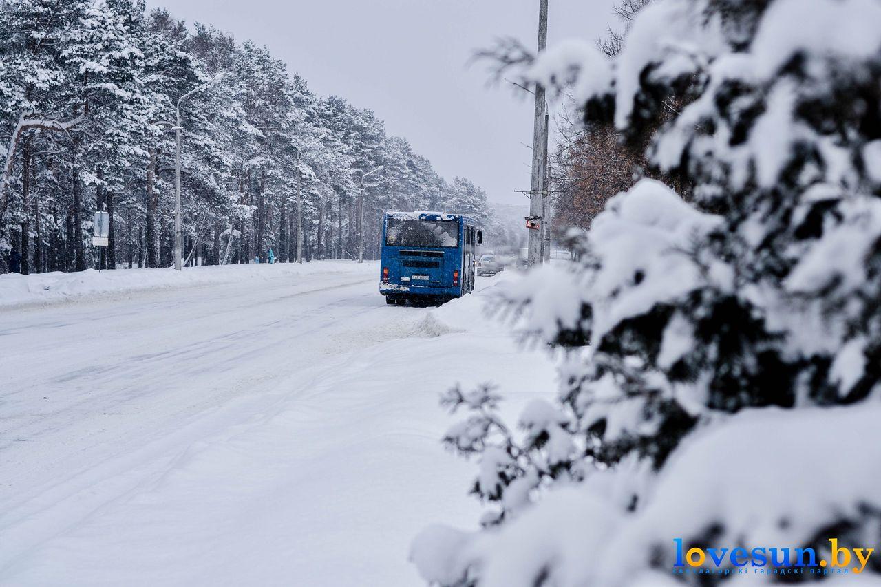 автобус зимой и снег