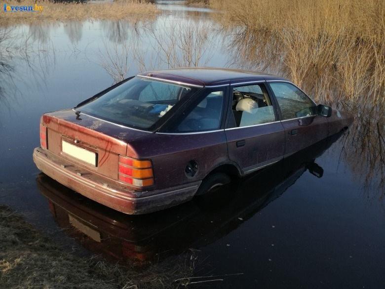 автомобиль форд скорпио в воде затоплен открыто окно