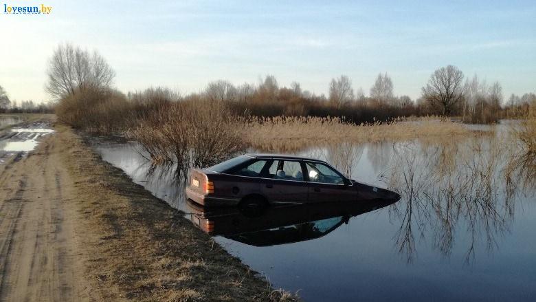 автомобиль форд скорпио в воде затоплен у дороги
