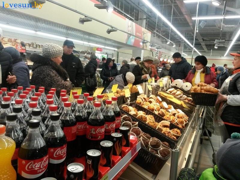 гипермаркет евроопт напитки витрины покупатели кока кола