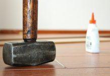 кувалда молоток на полу и клей