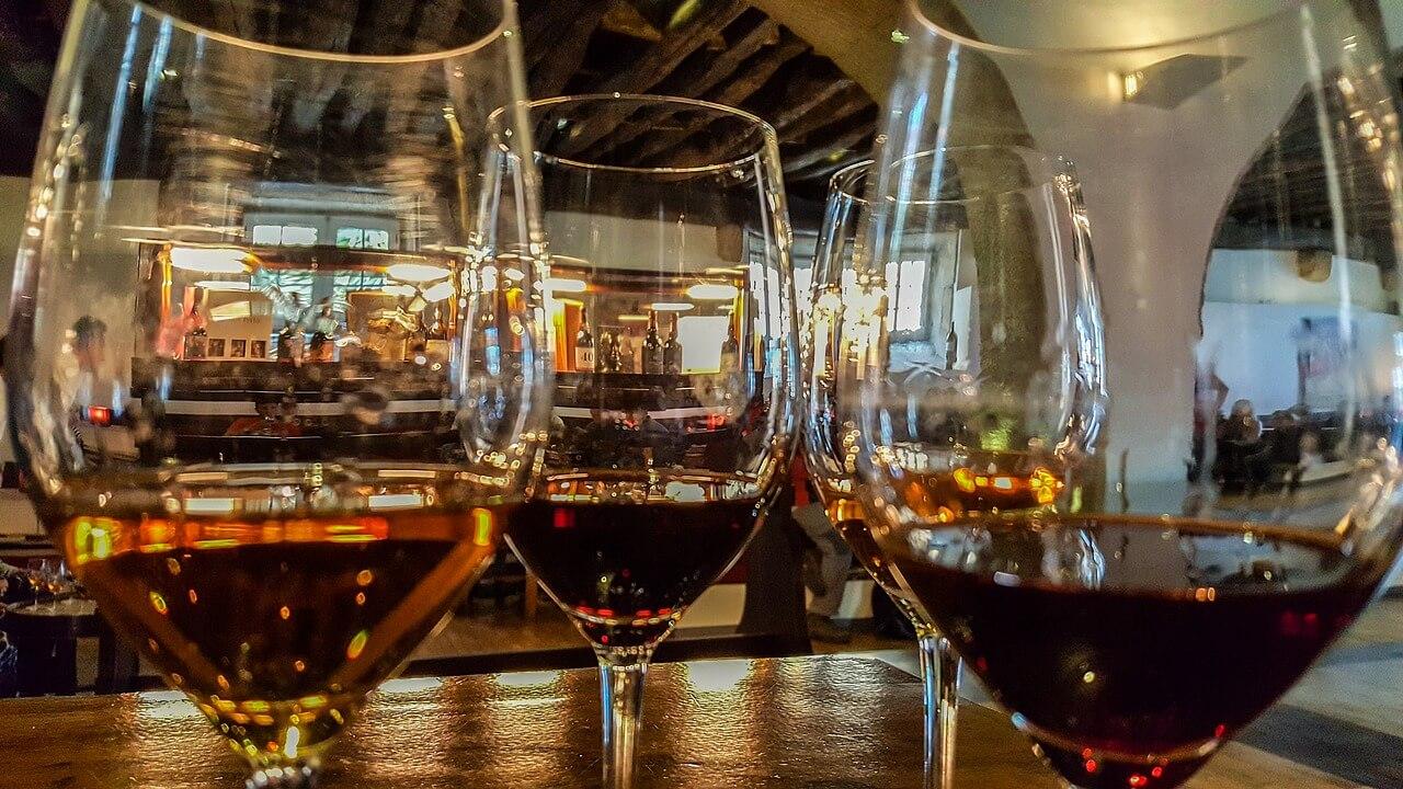 Алкогольные напитки в бокалах виски коньяк