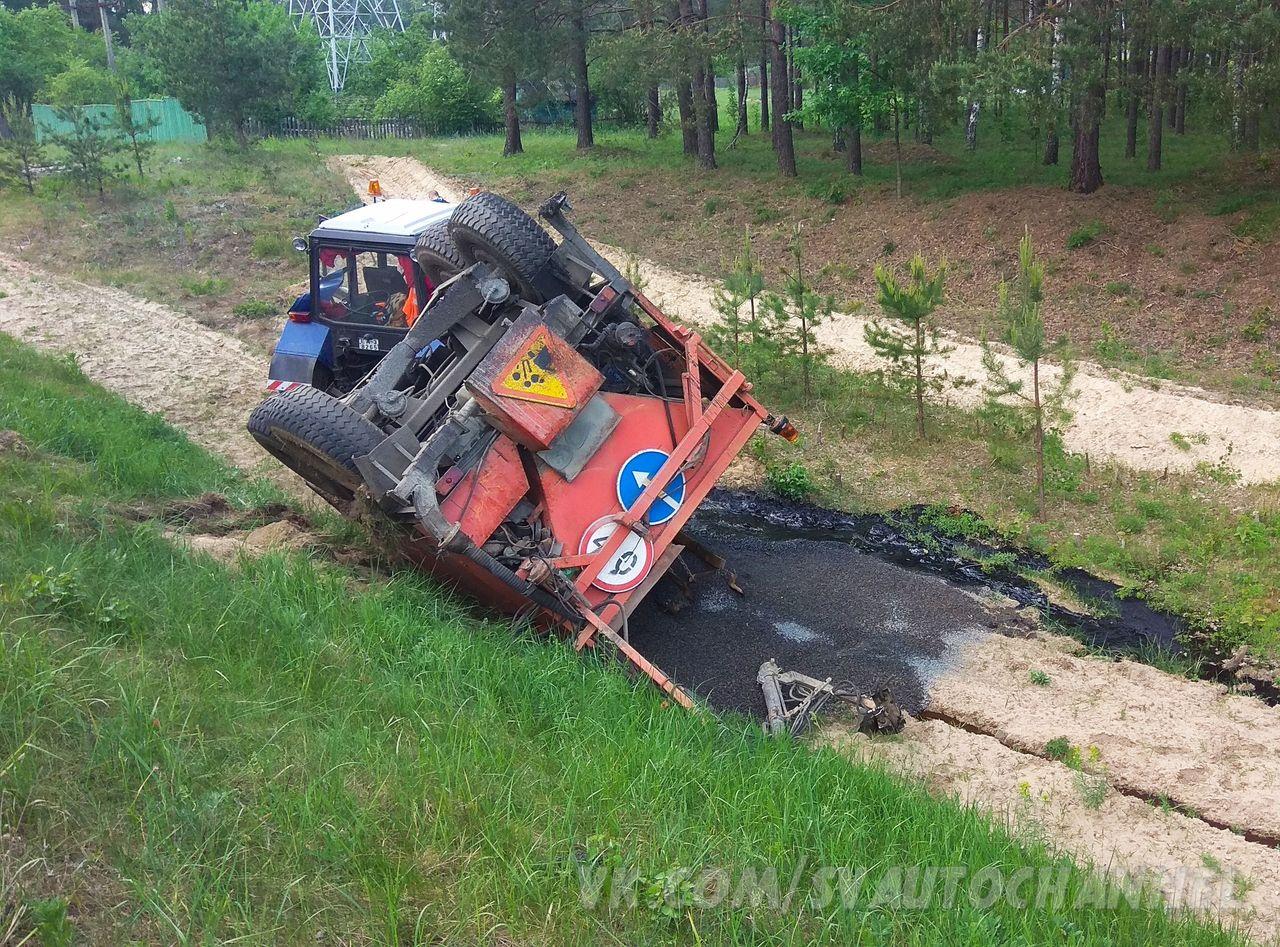 Фотофакт. Из-за ДТП трактор оказался в кювете, его прицеп перевернулся вылив содержимое