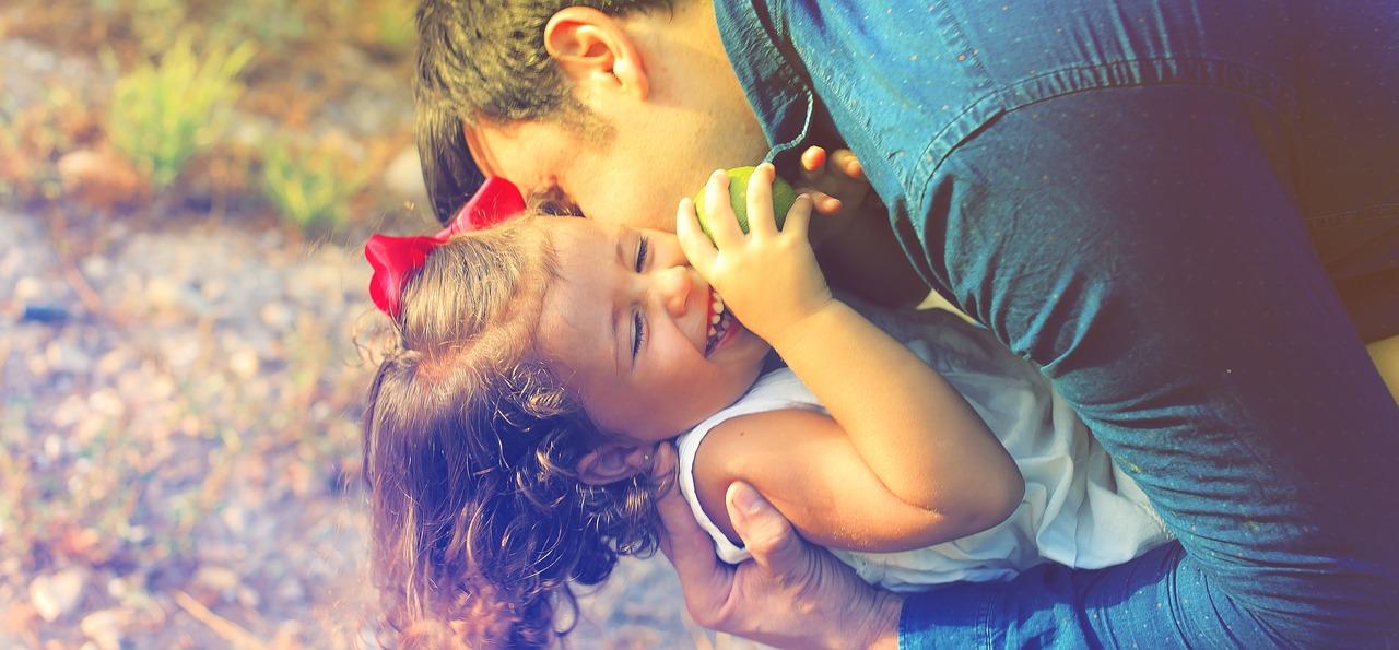 Счастливые родители папа и дочь