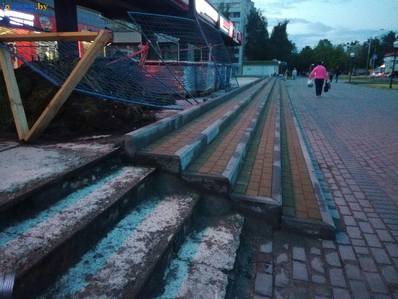 """Фотофакт. Возле """"Пралескi"""" теперь новая цветная плитка и восстановленная лестница"""