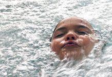 тонет ребенок мальчик девочка под водой
