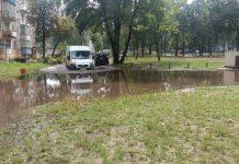 затопленная дорога на первом микрорайоне дома 41-46 лужа микроавтобус плывет (1)