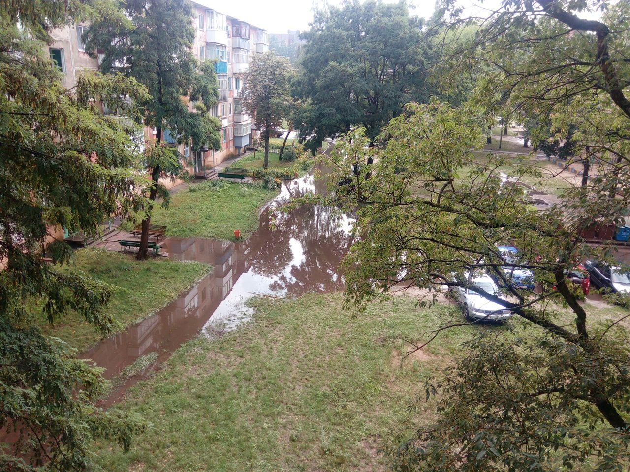 затопленная дорога на первом микрорайоне дома 41-46 лужа