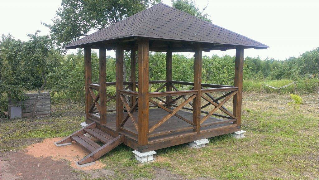 Беседка, которая будет установлена в парке возле березок