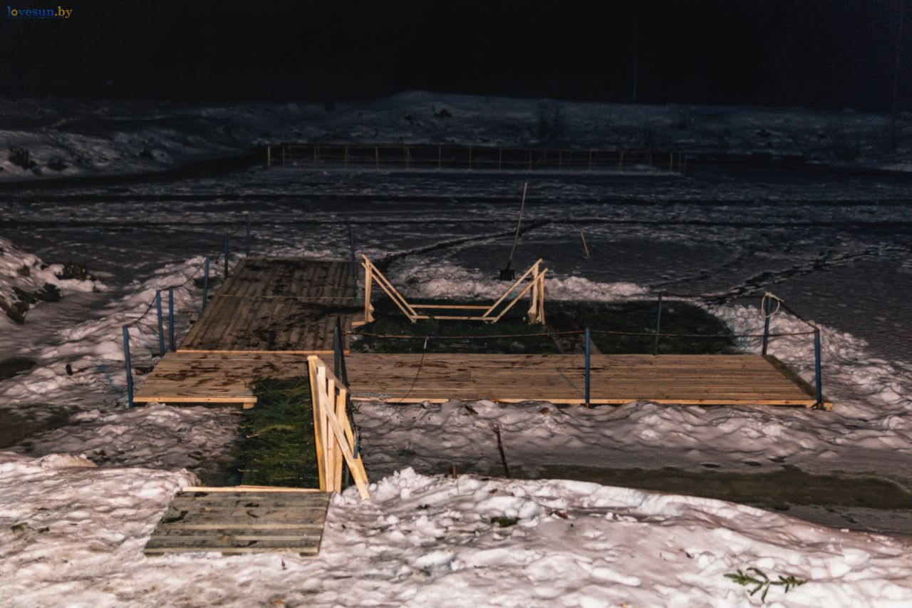 Фотографии с ночных крещенских купаний в Паричах и Светлогорске