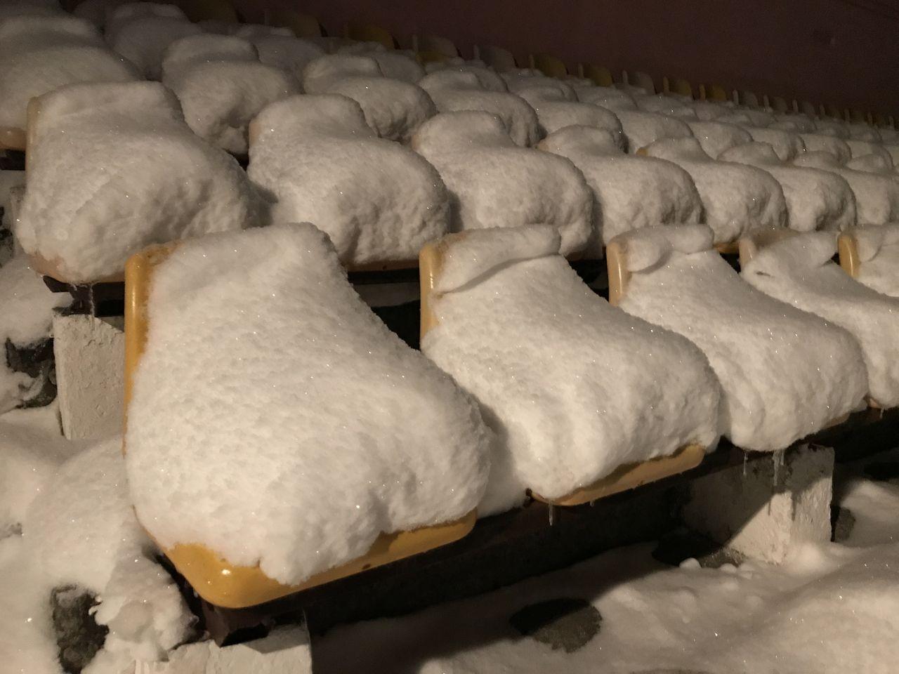 Сиденья на стадионе по снегом