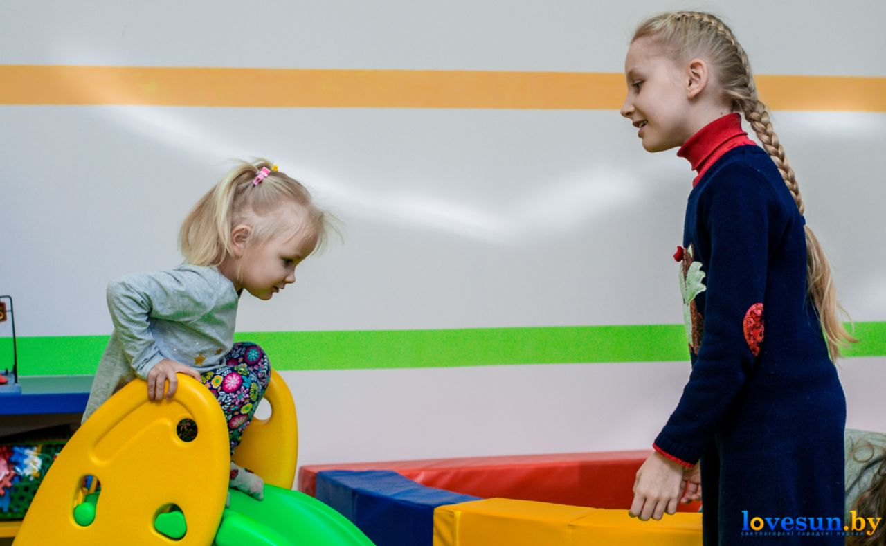 дети в детской игровой комнате