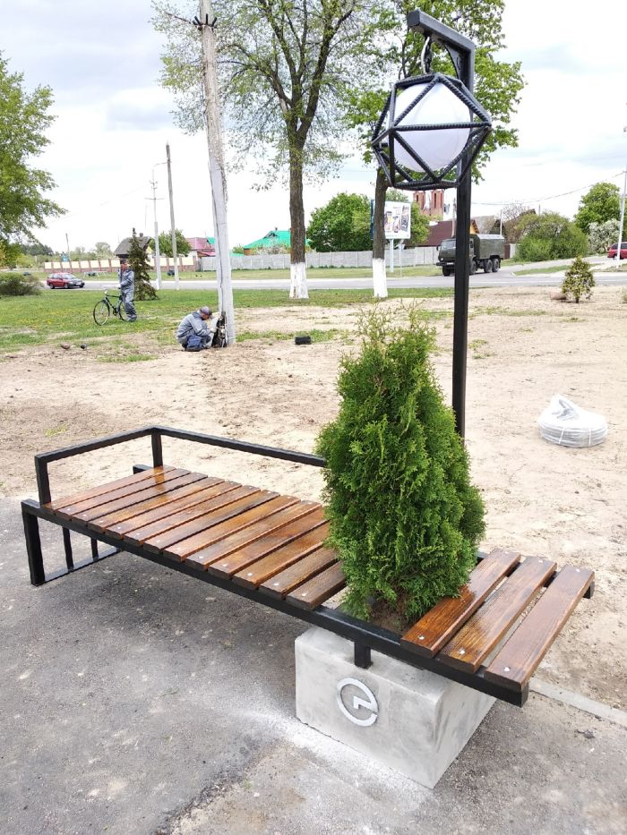 современная скамейка с живой туей и фонарем