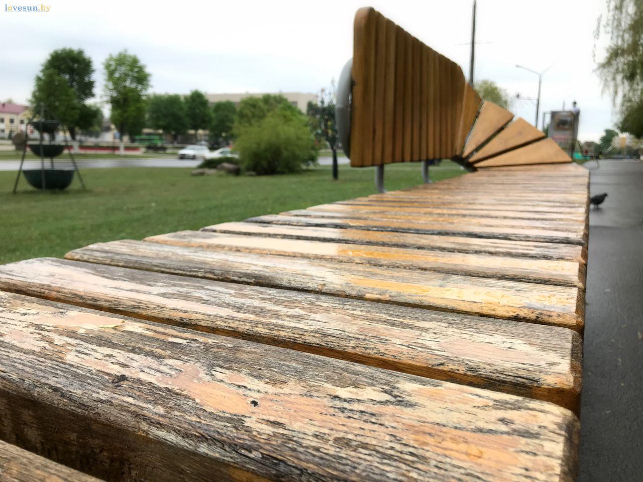 деревянная лавочка после зимы