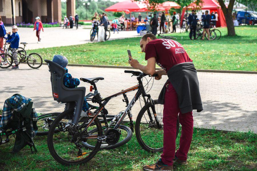 Ребенок в детском велокресле