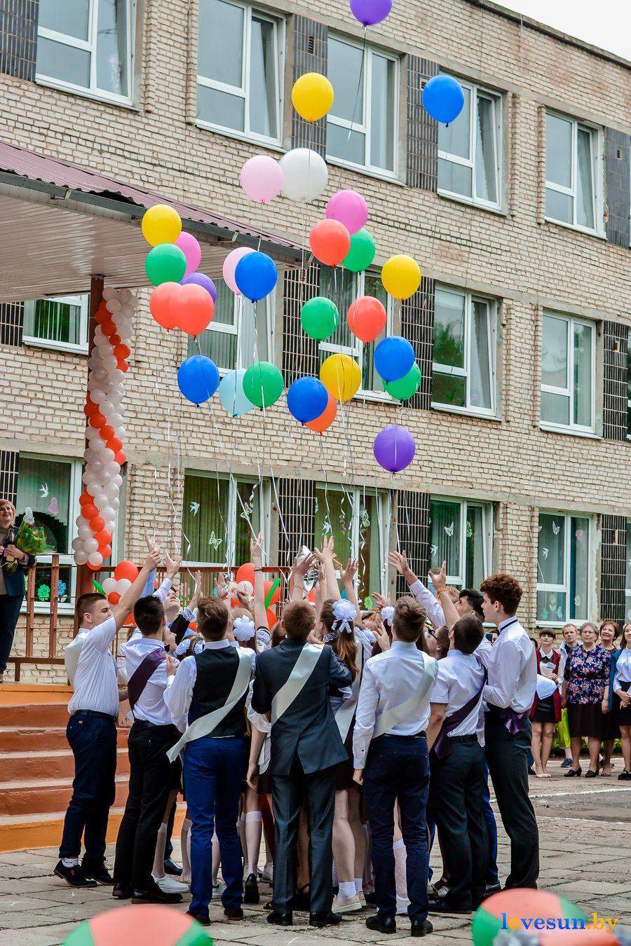 Выпускники выпускают шарики