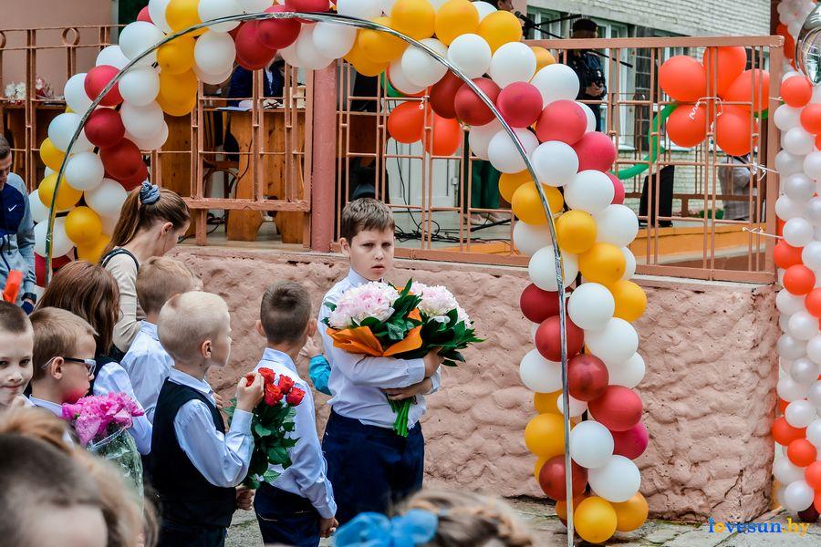 ученик с цветами на линейке