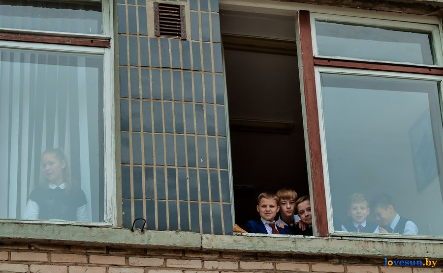 школьники в окнах