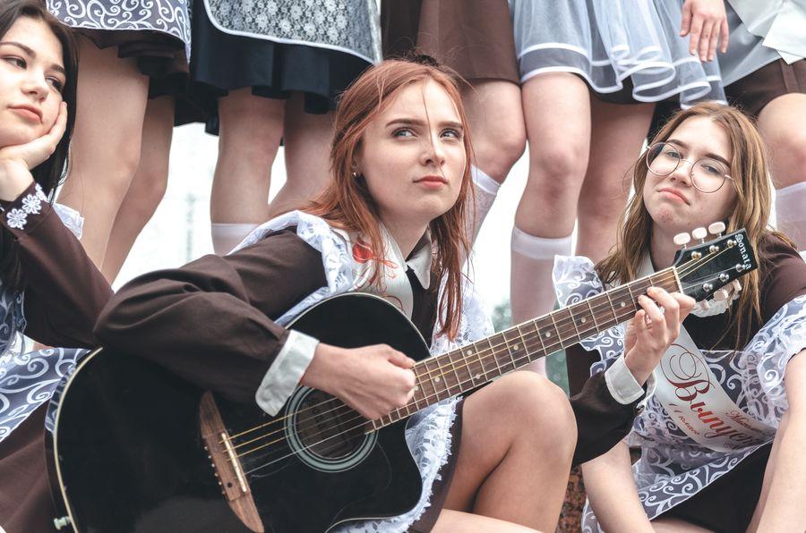 школьница играет на гитаре