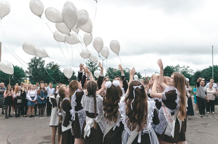 школьницы выпускают шары
