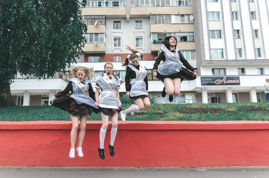 девочки школьницы прыгают