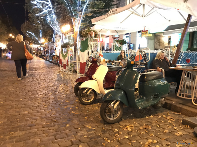 Дерибасовская улица, скутеры