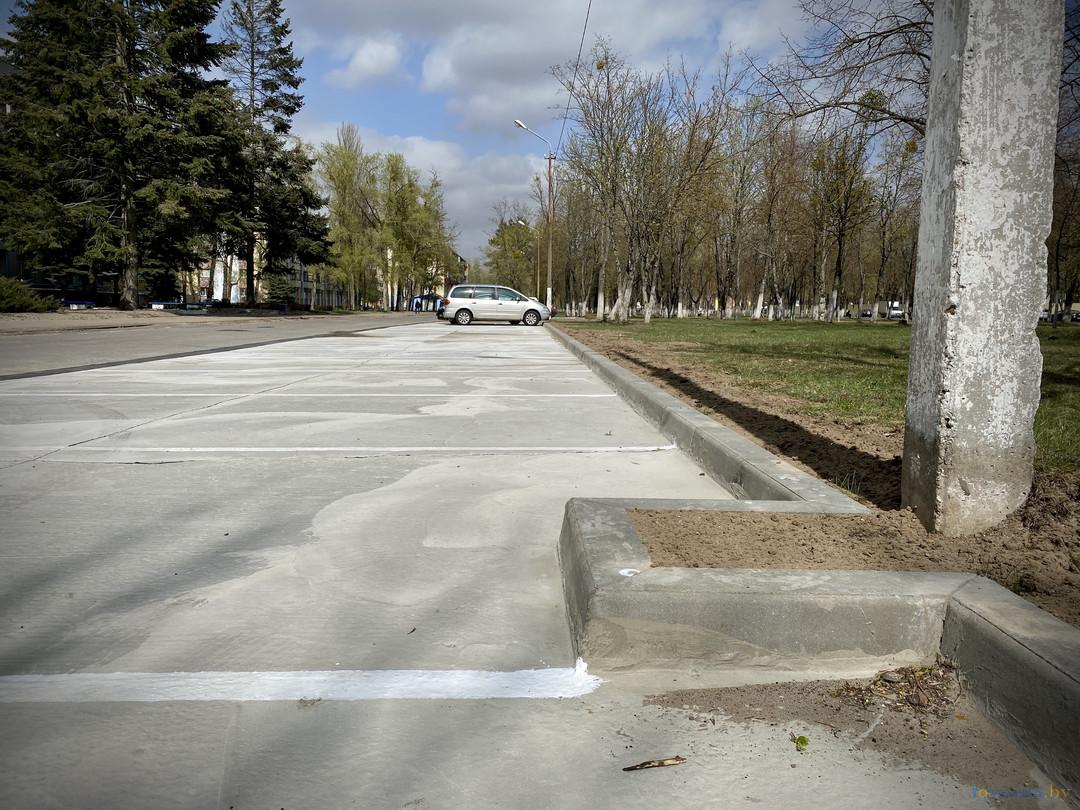 Возле филиала светлогорской поликлиники закончилось строительство автопарковки. Фотокарточки