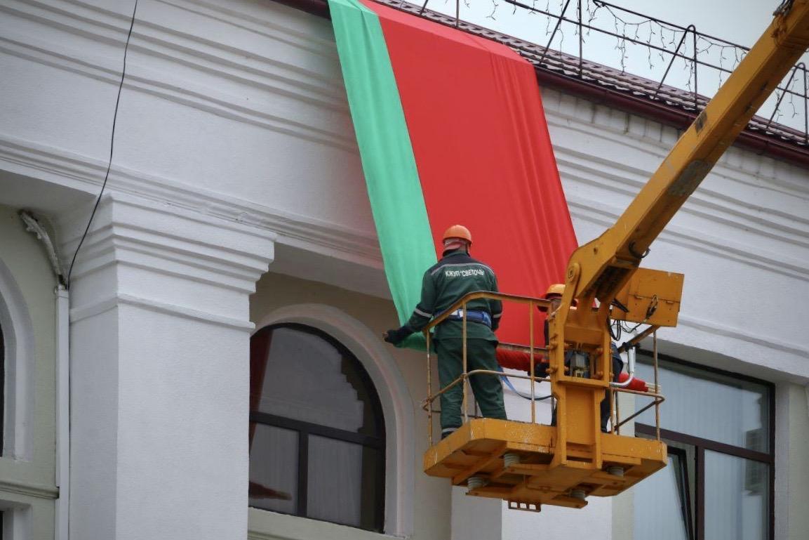 Красно-зеленый флаг на здании Светлогорского исполкома