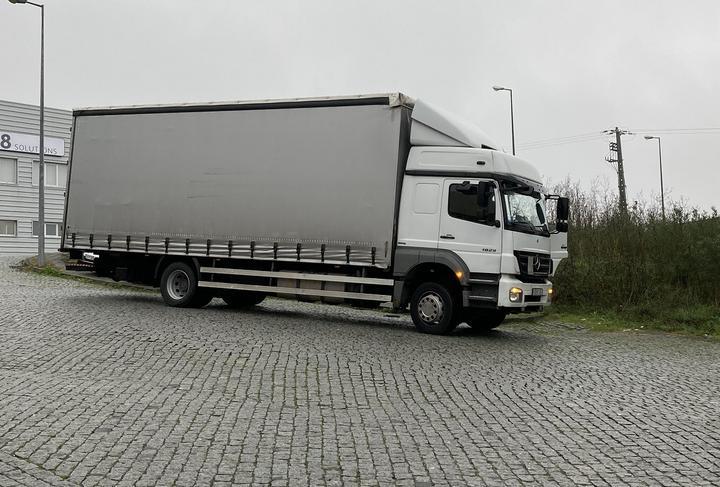 грузовик с тентом